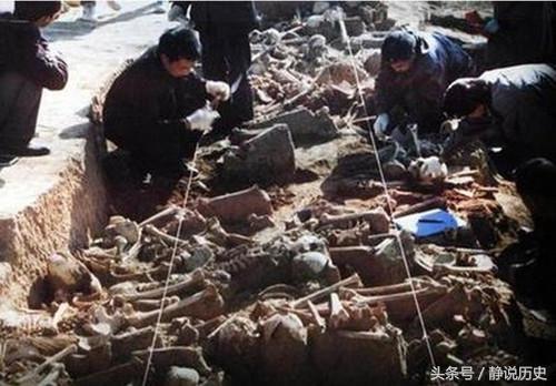 """一队修路工 不慎挖掘了一堆""""骸骨"""" 揭开千年前一场血腥杀戮"""