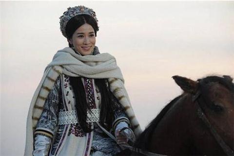 """史上最会设计服装的皇后 她设计了""""帽檐"""" 竟让皇帝至死不忘?"""