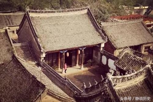 中国一山村 日军刚要杀戮 突然跪在墓碑前磕头 说老祖宗显灵了