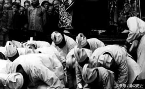 一人出殡 三百人拉着绳子摔盆唱歌 千人抬棺 女眷直接笑出声来
